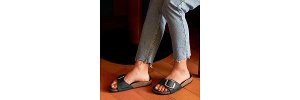 Sandalen und Hausschuhe